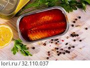 Купить «Mackerel fillet in tomato sauce in can», фото № 32110037, снято 20 сентября 2019 г. (c) Яков Филимонов / Фотобанк Лори