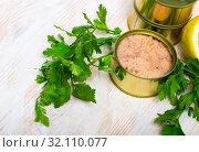 Купить «Canned tuna with parsley and lemon on a wooden table», фото № 32110077, снято 20 сентября 2019 г. (c) Яков Филимонов / Фотобанк Лори