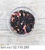 Loose black tea flavored with flower petals and fruits in a glas. Стоковое фото, фотограф ok_fotoday / Фотобанк Лори