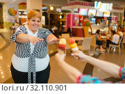 Купить «Fat woman buying ice creams, fastfood restaurant», фото № 32110901, снято 24 мая 2019 г. (c) Tryapitsyn Sergiy / Фотобанк Лори