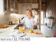 Купить «Mother and her daughter mixing fruits in a bowl», фото № 32110945, снято 6 марта 2019 г. (c) Tryapitsyn Sergiy / Фотобанк Лори