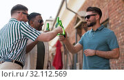 Купить «happy male friends drinking beer at rooftop party», видеоролик № 32112569, снято 27 июля 2019 г. (c) Syda Productions / Фотобанк Лори