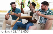 Купить «male friends eating pizza with beer on rooftop», видеоролик № 32112653, снято 27 июля 2019 г. (c) Syda Productions / Фотобанк Лори