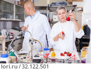 Купить «Genetic scientists working in laboratory», фото № 32122501, снято 24 января 2019 г. (c) Яков Филимонов / Фотобанк Лори