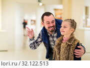 Happy father and small daughter looking pictorial art. Стоковое фото, фотограф Яков Филимонов / Фотобанк Лори