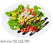 Купить «Vegetarian salad with tomatoes, avocado», фото № 32122701, снято 28 мая 2020 г. (c) Яков Филимонов / Фотобанк Лори