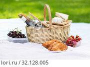Купить «picnic basket, food and wine at summer park», фото № 32128005, снято 9 августа 2017 г. (c) Syda Productions / Фотобанк Лори