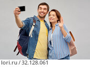 couple of tourists taking selfie by smartphone. Стоковое фото, фотограф Syda Productions / Фотобанк Лори