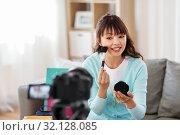 Купить «female beauty blogger making video about make up», фото № 32128085, снято 13 апреля 2019 г. (c) Syda Productions / Фотобанк Лори