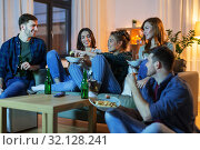 Купить «friends with drinks and snacks watching tv at home», фото № 32128241, снято 22 декабря 2018 г. (c) Syda Productions / Фотобанк Лори
