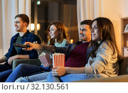 Купить «friends with popcorn watching tv at home», фото № 32130561, снято 22 декабря 2018 г. (c) Syda Productions / Фотобанк Лори