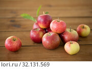 ripe red apples on wooden table. Стоковое фото, фотограф Syda Productions / Фотобанк Лори