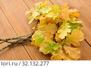 Купить «oak leaves in autumn colors on wooden table», фото № 32132277, снято 13 сентября 2018 г. (c) Syda Productions / Фотобанк Лори