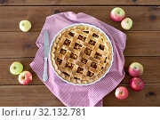 Купить «close up of apple pie in baking mold and knife», фото № 32132781, снято 23 августа 2018 г. (c) Syda Productions / Фотобанк Лори