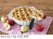 Купить «close up of apple pie piece on kitchen knife», фото № 32133305, снято 23 августа 2018 г. (c) Syda Productions / Фотобанк Лори