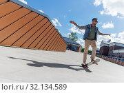 Купить «indian man doing trick on skateboard on roof top», фото № 32134589, снято 22 июня 2019 г. (c) Syda Productions / Фотобанк Лори