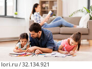 Купить «father with little daughters drawing at home», фото № 32134921, снято 31 марта 2019 г. (c) Syda Productions / Фотобанк Лори