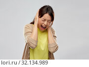 Купить «stressed asian woman closing ears and screaming», фото № 32134989, снято 11 мая 2019 г. (c) Syda Productions / Фотобанк Лори