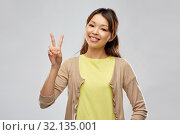 Купить «happy asian woman showing peace», фото № 32135001, снято 11 мая 2019 г. (c) Syda Productions / Фотобанк Лори