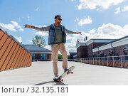 Купить «indian man doing trick on skateboard on roof top», фото № 32135181, снято 22 июня 2019 г. (c) Syda Productions / Фотобанк Лори