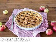 Купить «close up of apple pie in baking mold and knife», фото № 32135305, снято 23 августа 2018 г. (c) Syda Productions / Фотобанк Лори