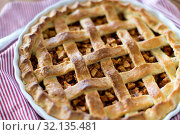 Купить «close up of apple pie in baking mold on towel», фото № 32135481, снято 23 августа 2018 г. (c) Syda Productions / Фотобанк Лори