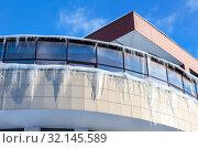 Купить «Transparent icicles on the roof of the house», фото № 32145589, снято 20 января 2019 г. (c) FotograFF / Фотобанк Лори