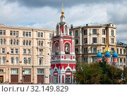 MOSCOW, RUSSIA - SEPTEMBER 16, 2017: bell tower of Church of St George (the Protection of the Blessed Virgin) on the Pskov mountain on Varvarka street in center of Moscow city. Стоковое фото, фотограф Zoonar.com/Valery Voennyy / easy Fotostock / Фотобанк Лори