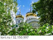 Купить «Golden domes of the Holy Trinity Cathedral», фото № 32150997, снято 11 июня 2018 г. (c) FotograFF / Фотобанк Лори
