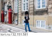 Купить «The guards of honour in  uniform guarding the Royal residence Amalienborg Palace.   Copenhagen. Denmark», фото № 32151581, снято 14 июля 2019 г. (c) Николай Коржов / Фотобанк Лори