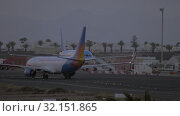 Купить «Lanzarote Airport in the evening. Deboarding and plane traffic», видеоролик № 32151865, снято 23 июня 2019 г. (c) Данил Руденко / Фотобанк Лори
