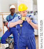 Купить «Builder working with electric drill», фото № 32153029, снято 4 мая 2018 г. (c) Яков Филимонов / Фотобанк Лори