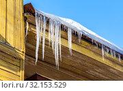 Купить «Transparent icicles on the roof of the wooden house», фото № 32153529, снято 9 февраля 2019 г. (c) FotograFF / Фотобанк Лори