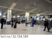 Купить «Пассажиры в терминале международного аэропорта Домодедово города Москвы», фото № 32154189, снято 26 апреля 2018 г. (c) Free Wind / Фотобанк Лори