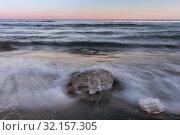 Куски льда на берегу Халактырского пляжа. Стоковое фото, фотограф Сергей Краснощеков / Фотобанк Лори