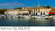 Купить «View of Beaucare town with coast and boats at riverside in France», фото № 32162513, снято 13 октября 2018 г. (c) Яков Филимонов / Фотобанк Лори