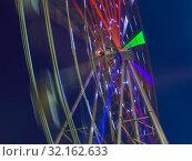 Купить «Bright Twisting Ferris Wheel», фото № 32162633, снято 5 января 2017 г. (c) Юрий Бизгаймер / Фотобанк Лори
