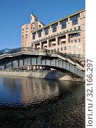 Второй Шлюзовой мост (пешеходный). Бизнес-центр «Риверсайд Тауэрс» (Космодамианская набережная, 52, строения 1-5). Район Замоскворечье. Город Москва (2014 год). Редакционное фото, фотограф lana1501 / Фотобанк Лори