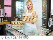 Купить «girl with bracelet collection in bijouterie boutique», фото № 32167005, снято 21 октября 2019 г. (c) Яков Филимонов / Фотобанк Лори