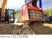 Купить «Hyvinkaa, Finland. September 6, 2019. Cat excavator mounted ALLU D Transformer hydraulic screener bucket attachment screening earth on Maxpo 2019. Credit: Taina Sohlman», фото № 32172693, снято 6 сентября 2019 г. (c) age Fotostock / Фотобанк Лори