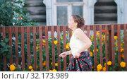 Купить «A woman in long skirt dancing by the fence on the street», видеоролик № 32173989, снято 21 февраля 2020 г. (c) Константин Шишкин / Фотобанк Лори