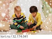 Купить «boys playing toy blocks in kids tent at home», фото № 32174041, снято 18 февраля 2018 г. (c) Syda Productions / Фотобанк Лори