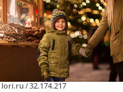 Купить «happy little boy with mother at christmas market», фото № 32174217, снято 4 января 2019 г. (c) Syda Productions / Фотобанк Лори