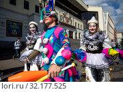 Купить «Артист цирка идет по улице на фоне фасада здания Московского цирка Никулина на Цветном бульваре в центре города Москвы, Россия», фото № 32177525, снято 14 сентября 2019 г. (c) Николай Винокуров / Фотобанк Лори