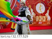 Купить «Артист цирка на фоне плаката Фестиваля циркового искусства, посвященного 100-летию отечественного государственного цирка и проходящего под эгидой Российской государственной цирковой компании, на Цветном бульваре в центре города Москвы, Россия», фото № 32177529, снято 14 сентября 2019 г. (c) Николай Винокуров / Фотобанк Лори