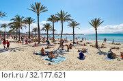 People sunbathing on the beach of El Arenal town, Majorca, Baleares, Spain (2019 год). Редакционное фото, фотограф Alexander Tihonovs / Фотобанк Лори