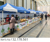 Купить «Food stalls by the Anyang Station, South Korea», фото № 32178561, снято 26 марта 2017 г. (c) Александр Подшивалов / Фотобанк Лори
