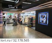 Купить «7-Eleven store in Don Mueang airport, Bangkok», фото № 32178565, снято 8 декабря 2018 г. (c) Александр Подшивалов / Фотобанк Лори