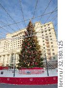 Купить «Новогодняя елка на Манежной площади в Москве, Россия», фото № 32180125, снято 9 января 2019 г. (c) Елена Коромыслова / Фотобанк Лори