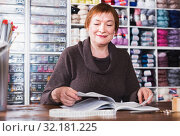 Купить «Mature female assistant waiting for clients», фото № 32181225, снято 10 мая 2017 г. (c) Яков Филимонов / Фотобанк Лори